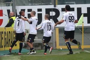 L'attaccante del Parma Jonathan Biabiany esulta dopo il goal, oggi 20 Novembre 2011 allo stadio Ennio Tardini di Parma durante l'incontro Parma Udinese. ANSA/ALESSANDRO IOTTI