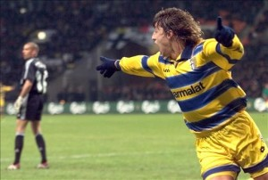 Parma's forward Hernan Jorge Crespo (R) jubilates after scoring the 1st goal as Olympique de Marseille's goalkeeper looks on 12 May 1999 at Luzhniki Stadium in Moscow during the 28th UEFA soccer Cup final between Olympique de Marseille and Parma AC. (ELECTRONIC IMAGE)