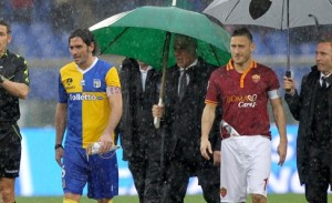 ROME, ITALY - FEBRUARY 02:  The referee Andrea De Marco (L) with Alessandro Lucarelli (C) of Parma FC and Francesco Totti of AS Roma check the field condition during the Serie A match between AS Roma and Parma FC at Stadio Olimpico on February 2, 2014 in Rome, Italy.  (Photo by Paolo Bruno/Getty Images)